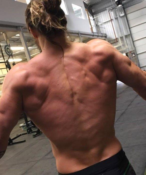 jason-momoa-muscles-dos.jpg