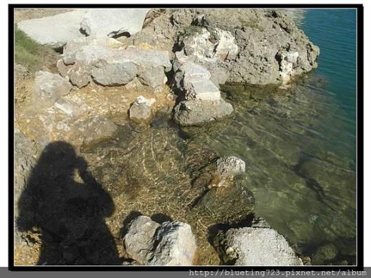 Merizo馬利索村的位置是在關島的西南邊,關島的正南邊沒有什麼特別著名的景點,所以沿著南邊的海岸前行,欣賞著美景,從西南開到東南邊,約11公里左右的距離,關島的地圖上畫出的是一個大大的微笑,也是我們在關島玩樂的最佳寫照。     而位在東南邊就是另一個關島景點「熊岩」 Bear Rock。位於Agfayan Point上的熊岩,如果不是因為在Google Map上算好從馬利索出發的大約距離,在快到的時候認真注意標示,又剛好看到停車格(有停車格通常就有景點),我們一定會錯過。因為
