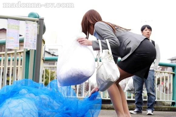 松嶋葵 出社も帰宅も同じ方向の近所の人妻とある日突然、急接近。サンプルイメージ1枚目