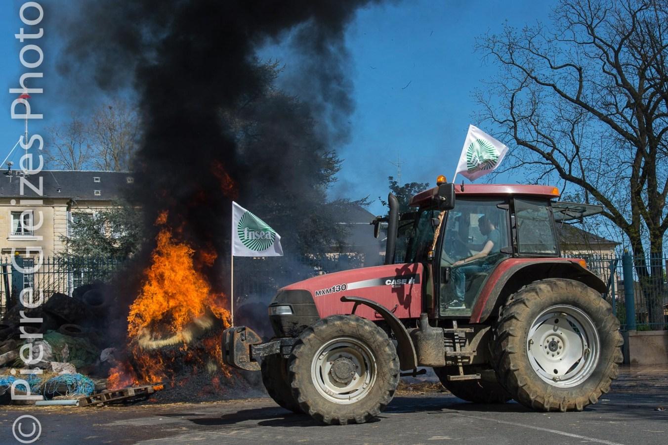 Agriculteurs, tracteurs FDSEA, manifestation rassemblement devant la Prefecture de la Nievre. Feu de paille et de pneus, pollution