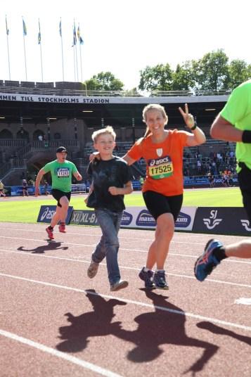 Lyckan när ens barn går i mål är minst lika stor som när man själv gör det! Underbar bild!