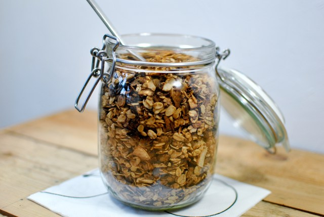 Granola sweetened with dates {vegan, gluten-free} - A pinch of me