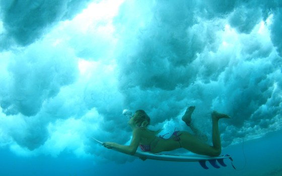 surf_girl_under_water_hd_widescreen_wallpapers_1440x900[1]