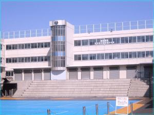 画像引用元:https://upload.wikimedia.org/wikipedia/commons/thumb/4/42/Horikoshi_High_School_(school_building).jpg/1280px-Horikoshi_High_School_(school_building).jpg