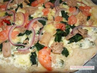 weiße Pizzasoße auf Pizza Scampi