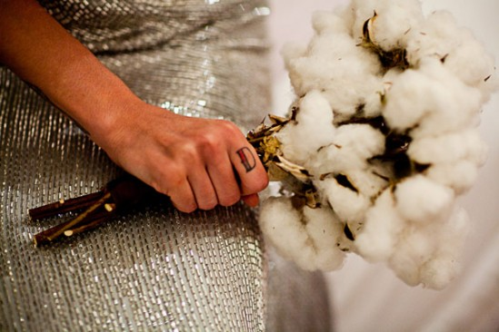 Casamento: noiva usa buquê diferente, de algodão. Foto: Fernanda Sharon.