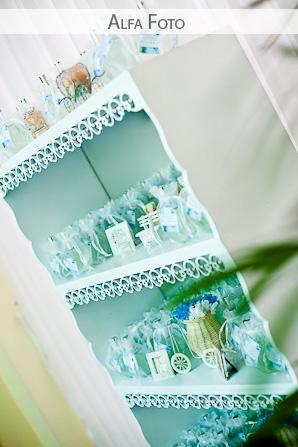 Estante de lembrancinhas de casamento azul e branco. Foto: Alfa Foto.