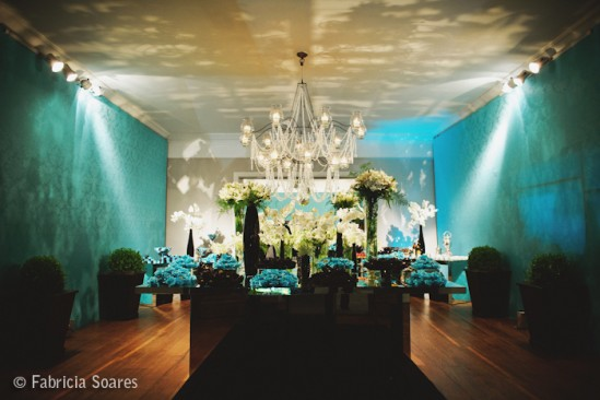 Decoração de casamento: parede azul turquesa e flores brancas. Foto: Fabrícia Soares.