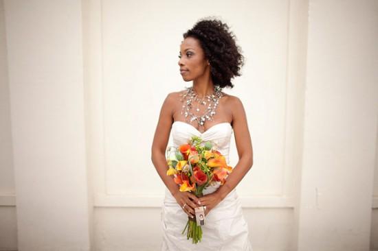 Penteado para noiva negra: cabelo afro crespo solto. Foto do casamento: Vida Carson Photography.