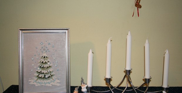 [:en]Nora Corbett Christmas Tree 2010 stitched and framed with candleholder