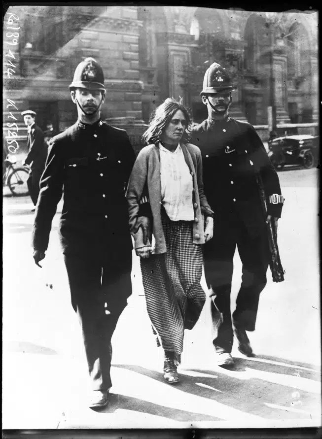 Arrestation d'une suffragette à Londres en 1914 (Gallica BNF)