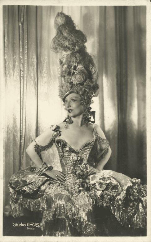 Cécile Sorel en costume au Casino de Paris