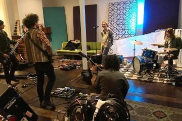 Mink Mussel Creek se reúne para tocar en vivo. Kevin Parker. Tame Impala. Cúsica Plus