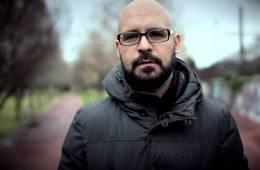 "Mira el video para ""Una cena"" de Carlos Angola. Cusica Plus"
