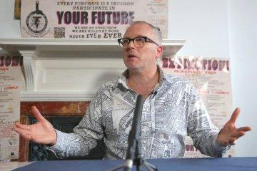 El hijo de Malcolm McClaren quema raros objetos de los Sex Pistol valorados en casi 6 millones de dólares. Joe Corre. Cusica Plus