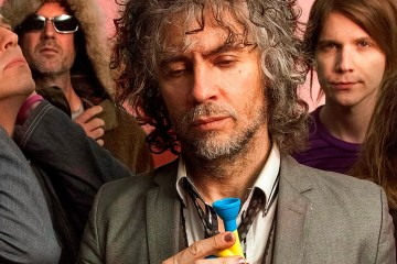 "The Flaming Lips tocan bajo un manto rosa en el video de ""Nidgy Nie (Never No)"". Cusica Plus"