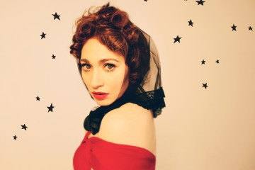 "Regina Spektor estrena video para ""Black and white"" . Cusica plus"