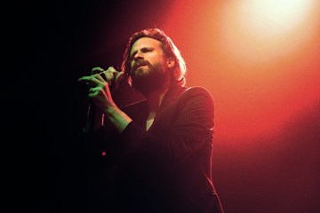 "Father John Misty presenta tres temas ""pop genéricos"". Cusica plus"