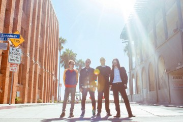 "Weezer comparte sencillo titulado ""Feels Like Summer"". Cusica plus"