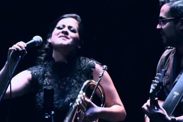 """Ella Bric, el nuevo seudónimo de la trompetista y cantante Linda Briceño, presentó su nueva composición """"Soy lo que Decido""""."""