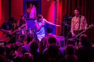 """Krist Novoselic se va de cacería por el """"Sasquatch"""" con su nueva banda Giants In The Trees. Cusica Plus."""