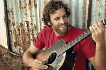 "Jack Johnson mantiene su ruta acústica en el sencillo ""Sunsets For Everybody Else"". Cusica Plus."