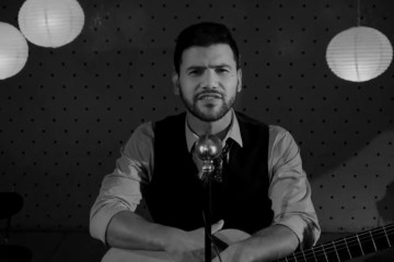 José Delgado llora con nosotros en su nuevo sencillo. Cusica Plus.