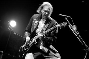 Oye el disco perdido de Neil Young 'Hitchhiker'. Cusica plus.
