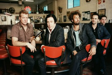 Los discos anteriores de Queens Of The Stone Age opinan sobre 'Villains'. Cusica Plus.