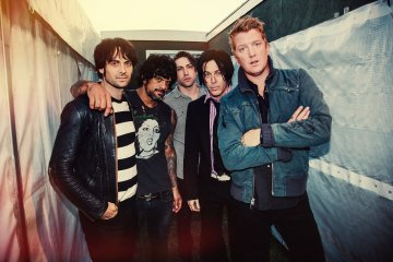 "Queens of the Stone Age mezcla ""Clint Eastwood"" de Gorillaz con su ""Feel Good Hit Of The Summer"". Cusica Plus."
