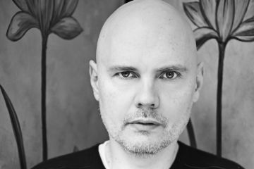 "Billy Corgan vuelve al sonido de Smashing Pumpkins con ""The Spaniards"". Cusica Plus."