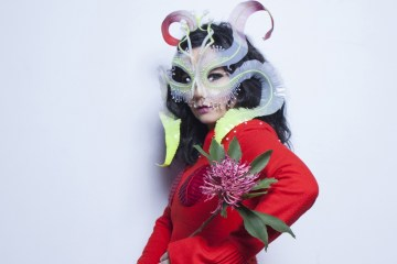 "Björk nos lleva a un mundo de ensueños en el video de ""The Gate"". Cusica plus."