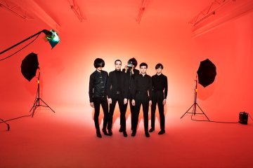 "The Horrors sirven de conejillos de indias en el video de ""Something To Remember Me By"". Cusica Plus."