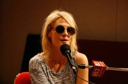 "Emily Haines de Metric versiona ""American Dream"" de LCD Soundsystem. cusica plus."