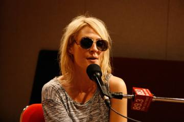 "Emily Haines de Metric versiona ""American Dream"" de LCD Soundsystem. cusica plus."
