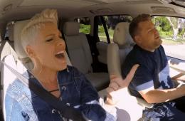 Pink asegura que canta mejor de cabeza en 'Carpool Karaoke'. Cusica Plus.