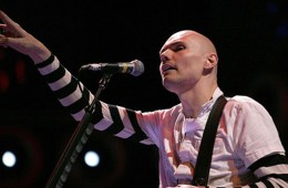 Billy Corgan llevó su guitarra acústica al programa de James Corden. Cusica Plus.