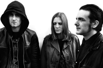 Black Rebel Motorcycle Club cuestiona su fe en su nuevo sencillo. Cusica plus.