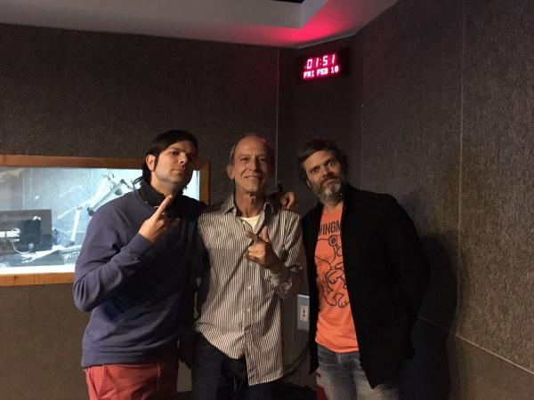 La banda venezoalana, Andreazulado, junto a Fernando Ces, locutor del programa Rockadencia, clausurado este año.