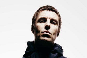 "Liam Gallagher muestra su carisma en tarima con el video de ""Come Back To Me"". Cusica Plus."