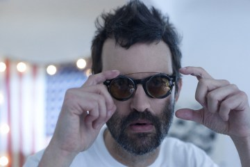 "Eels sigue mostrando su lado más optimista en el video de ""Today Is The Day"". Cusica Plus."