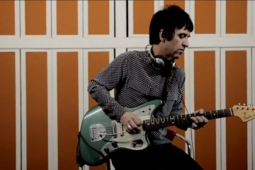 "Johnny Marr de The Smiths vuelve al rock con ""Walk Into The Sea"". Cusica Plus."