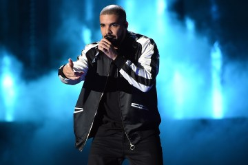 "Ve a Drake interpretar ""Rock With You"" de Michael Jackson, para darle comiezo a su gira con Migos. Cusica Plus."