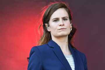 Christine & The Queens anuncia la salida de su nuevo documental 'Chris' en Apple Music. Cusica Plus.