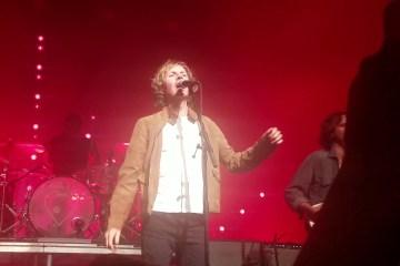 """Beck se unió a Phoenix en Los Ángeles para tocar sus éxitos """"Lost Cause"""" y """"Jack Ass"""". Cusica Plus."""