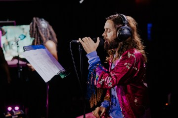 Ve a Thirty Seconds To Mars versionar a Post Malone, Juice WRLD y Khalid & Normani. Cusica Plus.