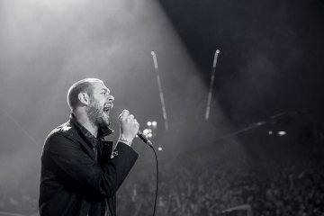 Tom Meighan, vocalista de Kasabian, habla sobre la muerte del dueño del Leicester. Cusica Plus.