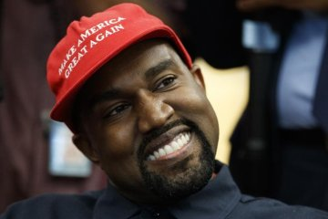 Kanye West invita a abandonar el partido demócrata con una nueva línea de ropa. Cusica Plus.