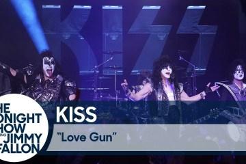 "Kiss se presentó en el show de Jimmy Fallon para cantar ""Love Gun"". Cusica Plus."