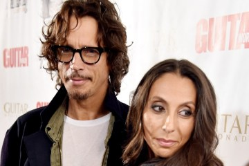 Vicky Cornell, ex esposa de Chris Cornell, denuncia a doctor por el suicidio de su esposo. Cusica Plus.